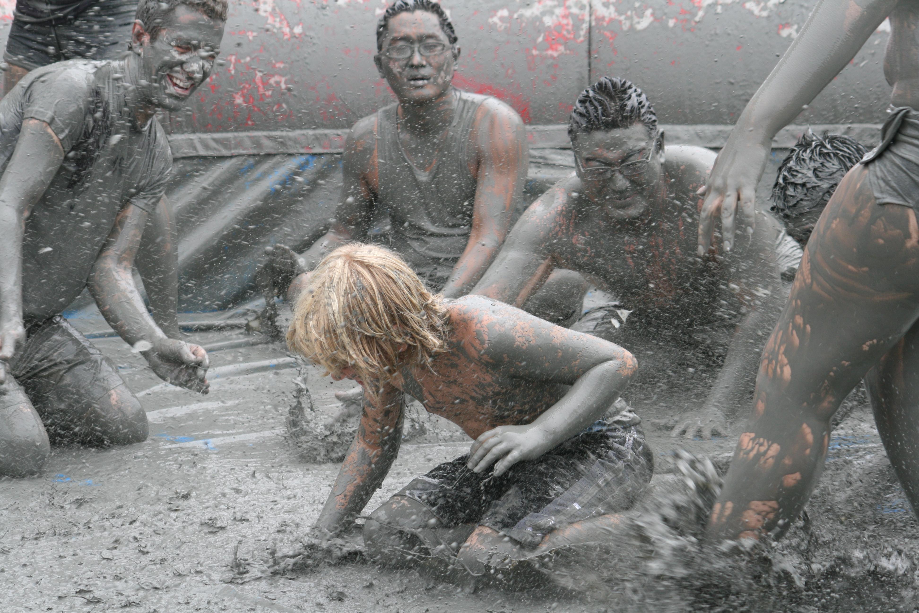 People_in_the_mud,_Mud_Fest_2008