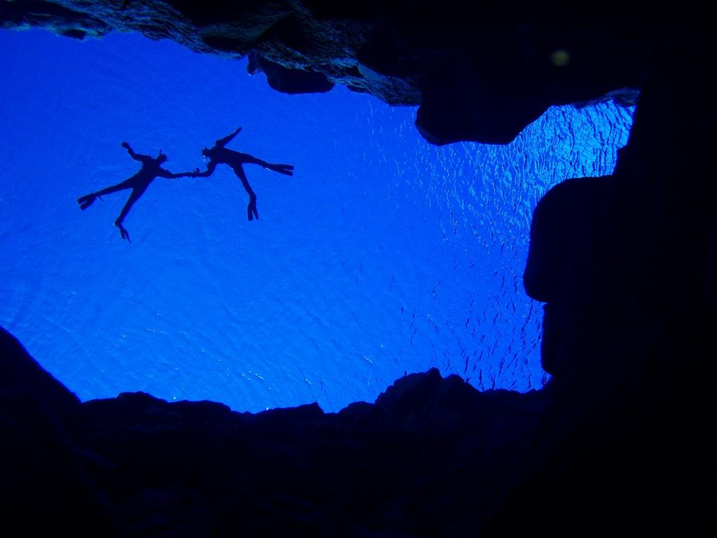 snorkelers_holding_hands_silfra-iceland