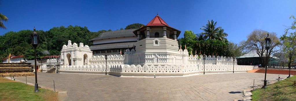 The Buddist temple in Kandy (Srilanka tour on Budget)