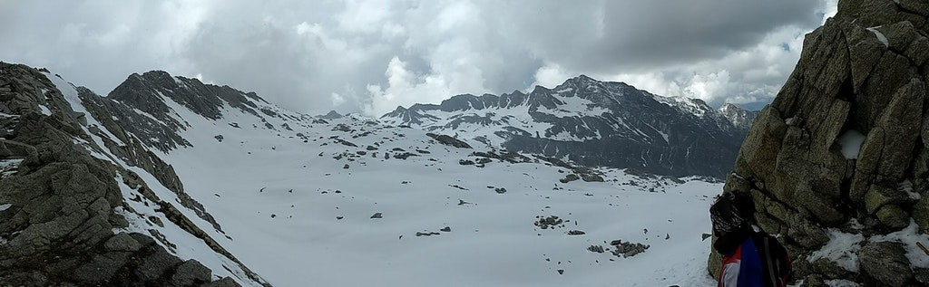 On the way to Indrahar pass along Dhauladhar ridge