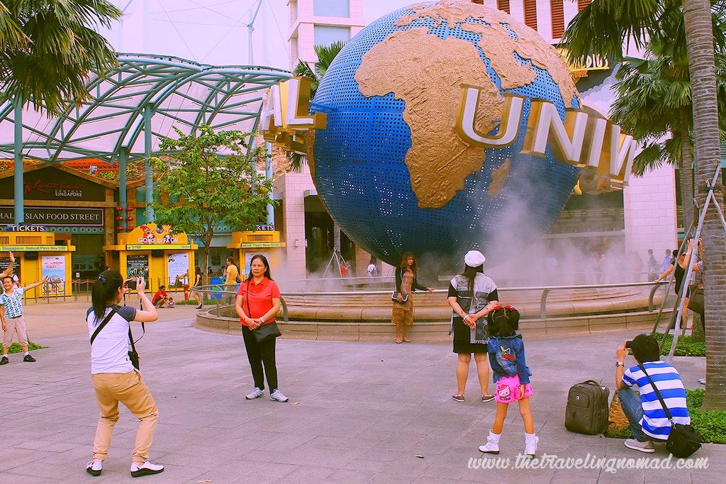 Tourists at Universal Studio entrance