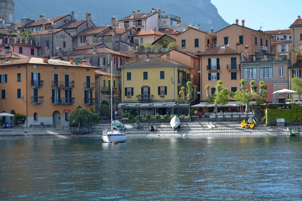 A picture of Lake Como with lakeside buildings