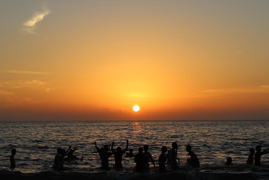 tourists enjoying their evening at Cherai Beach