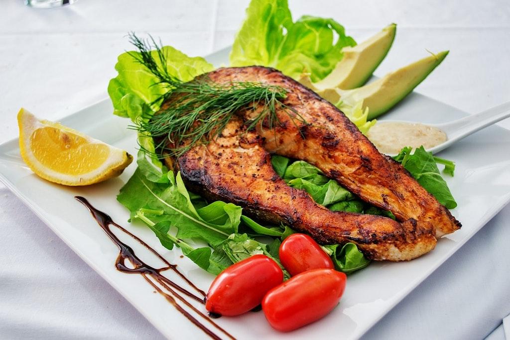 Pescado de salmón, restaurantes en Corfú, Grecia