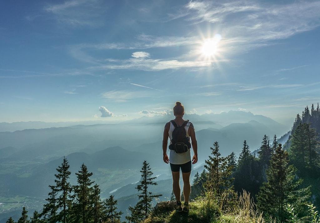 Mujeres trekking en la montaña